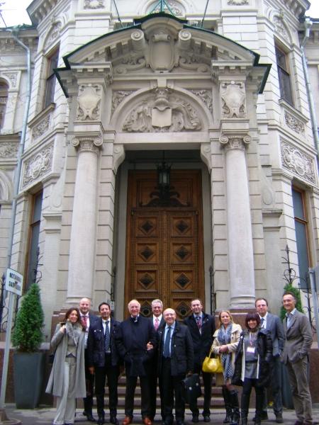 gruppo-di-fronte-ambasciata