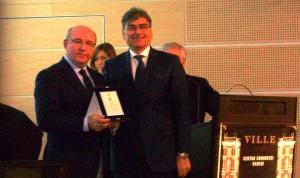 Tino Taverna, presidente Fimaa, con Paolo Bellini, Presidente Anama, ripresi in un convegno a Varese durante la consegna di un attestato di merito al leader di Anama da parte della Fimaa provinciale.